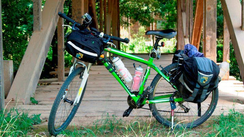 bicicleta equipada para uma viagem no estilo cicloturismo, carregada com os alforjes e itens necessários.